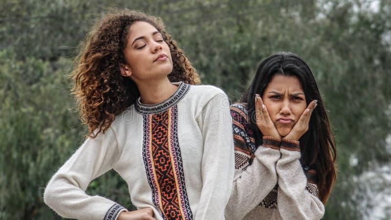 Förvirrade tonåriga latinamerikanska flickor arkivbild