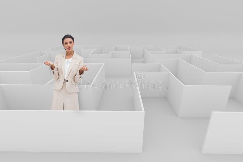 Förvirrat kvinnaanseende i en labyrint royaltyfria foton