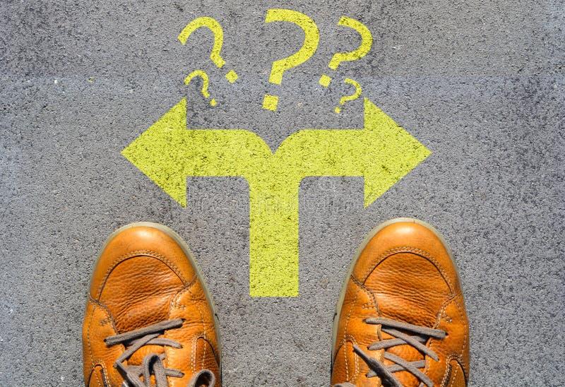 Förvirrat som väg att gå eller välja riktningsbegrepp fotografering för bildbyråer