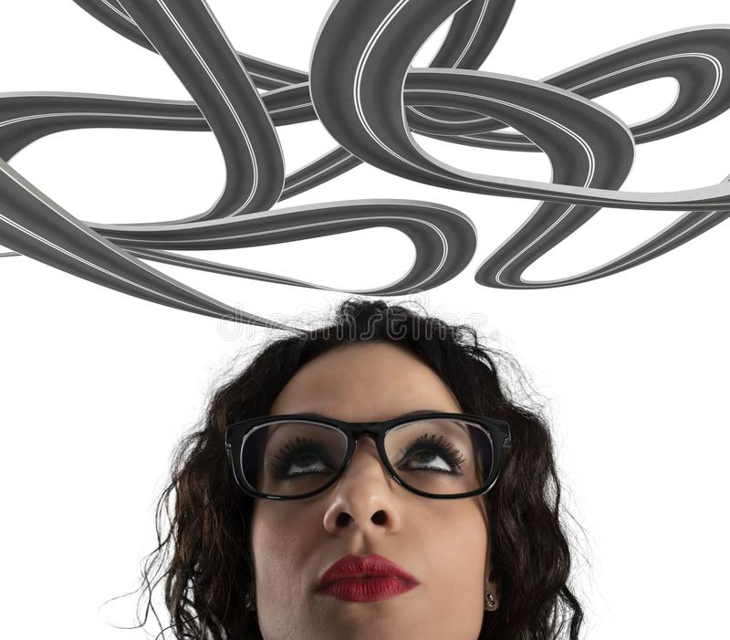 Förvirring av vägen för en affärskvinna begrepp av den svåra karriären På vitbakgrund arkivfoton