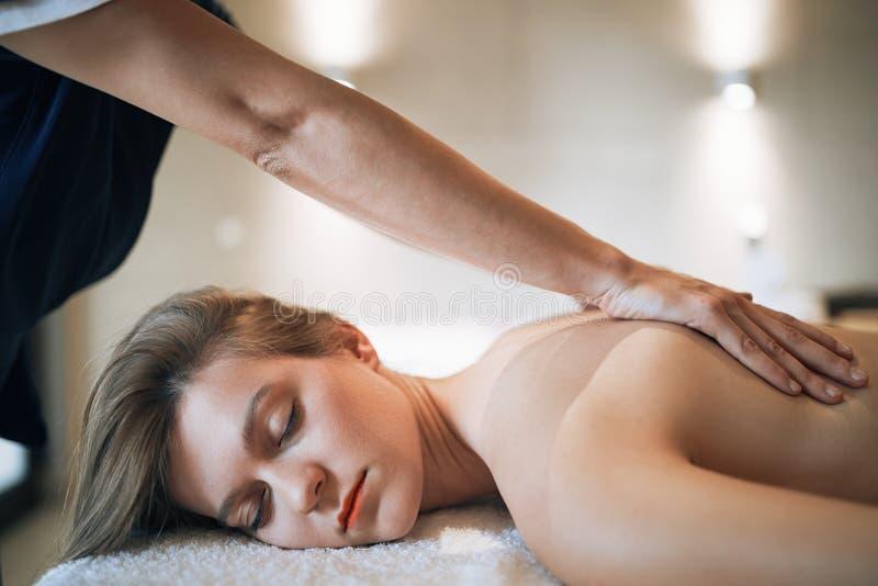 Föryngra avslappnande massage av massören arkivbild