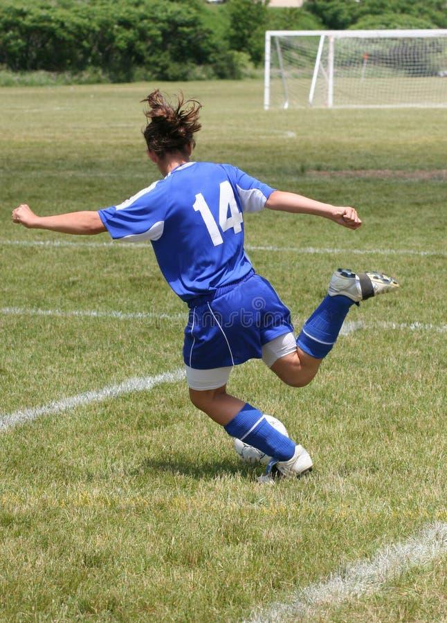 Fútbol adolescente de la juventud listo para golpear la bola con el pie foto de archivo libre de regalías
