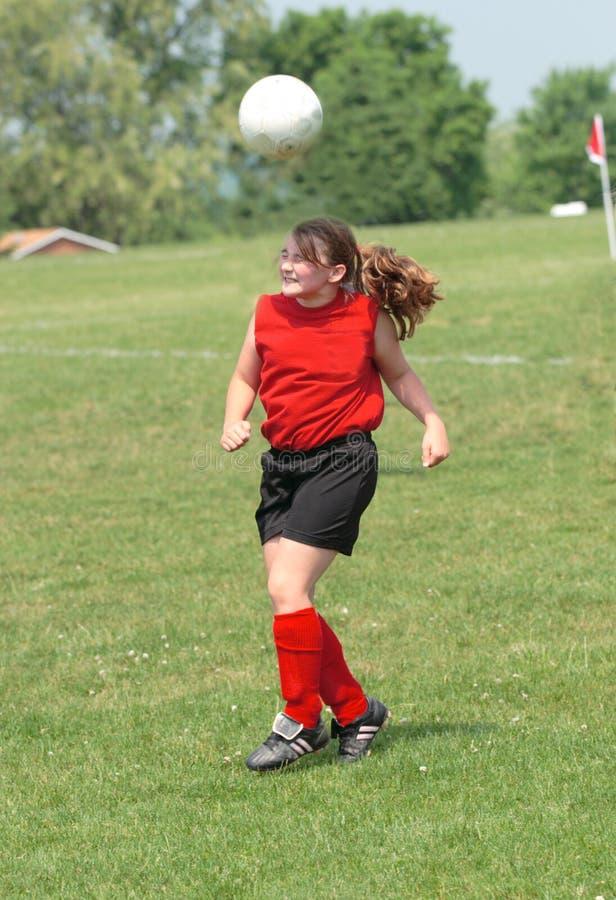 Fútbol adolescente de la juventud que juega la bola de la cabeza fotografía de archivo
