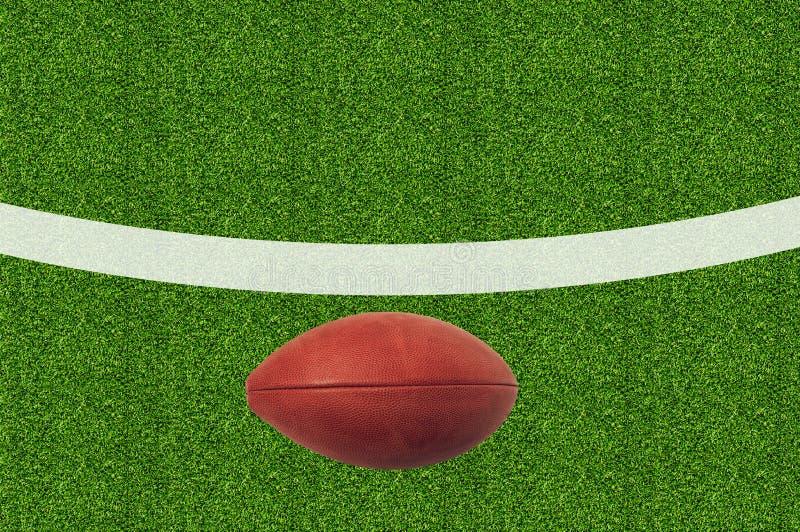 Fútbol americano en hierba verde fotografía de archivo