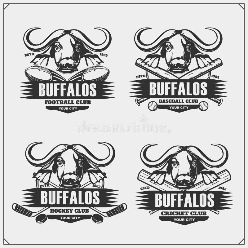 Fútbol, béisbol, hockey y logotipos y etiquetas del grillo Emblemas del club de deporte con el búfalo stock de ilustración