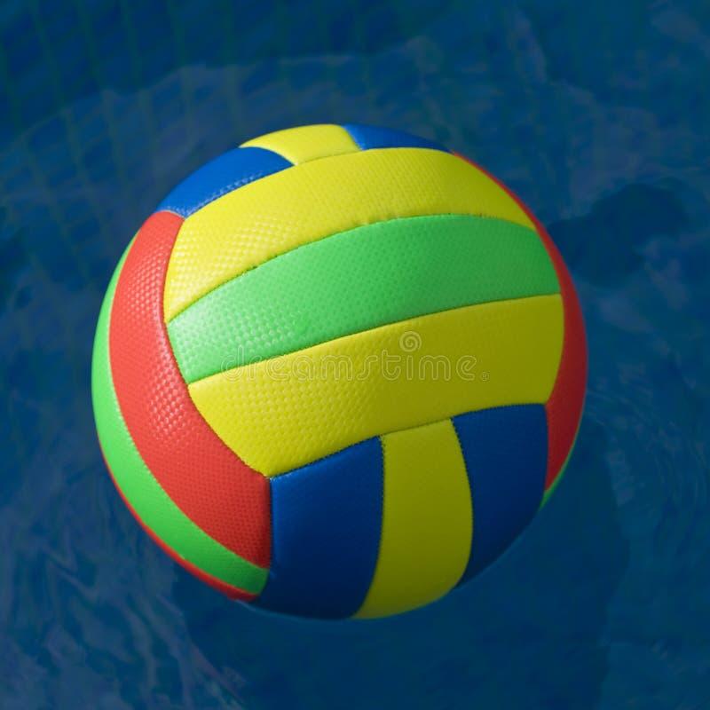 Fútbol brillantemente coloreado en agua imagenes de archivo
