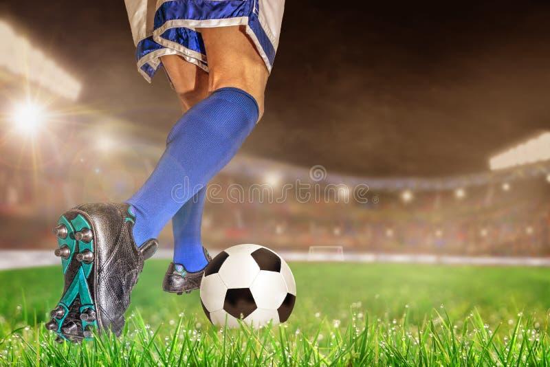 Fútbol de goteo del jugador de fútbol en estadio al aire libre con el SP de la copia fotos de archivo libres de regalías