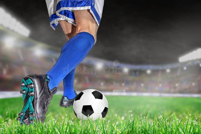 Fútbol de goteo del jugador de fútbol en estadio al aire libre con el SP de la copia fotografía de archivo