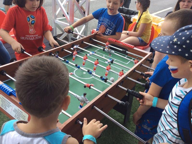 Fútbol de la tabla del juego de niños en el Fest la FIFA 2018 del fan Colinas del gorrión, Moscú imagen de archivo libre de regalías