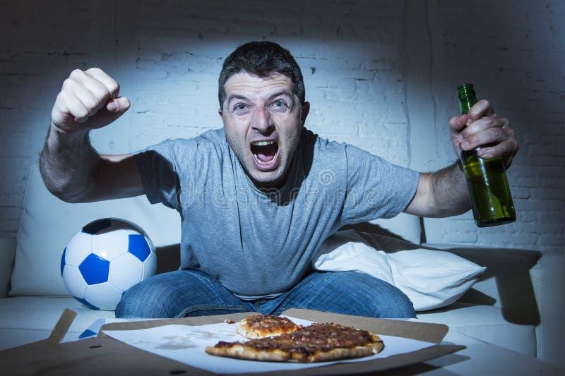 Fútbol de observación loco fanático de la televisión del fanático del fútbol que grita meta que anota de celebración feliz imagen de archivo