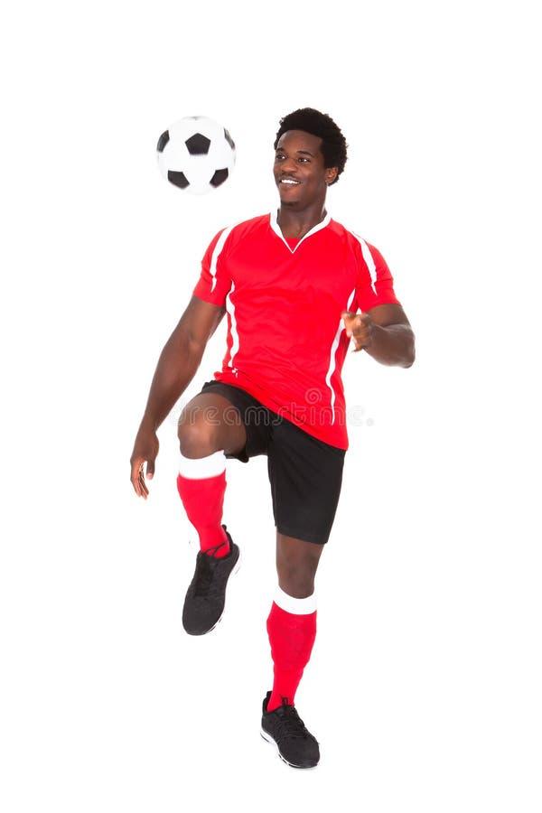 Fútbol de retroceso con el pie del jugador de fútbol fotografía de archivo libre de regalías