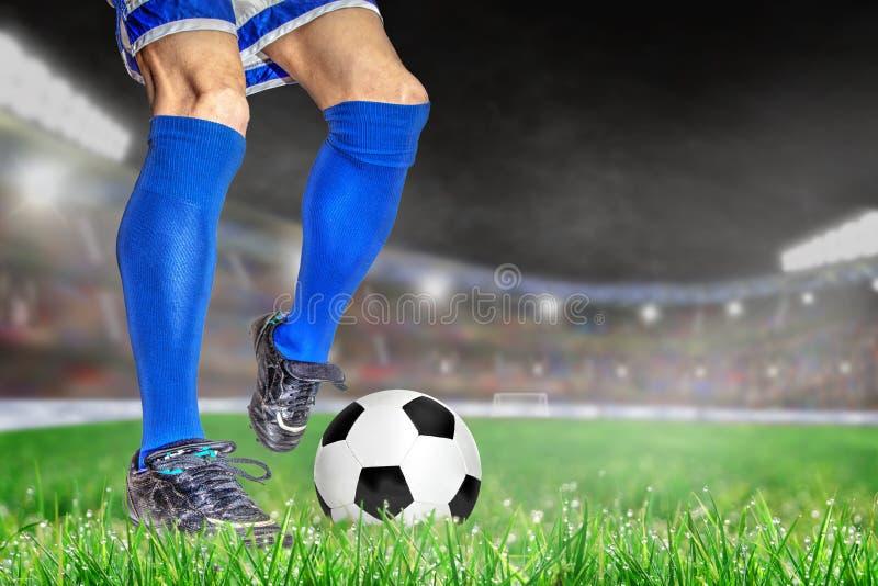 Fútbol de retroceso con el pie del jugador de fútbol en estadio al aire libre con la copia Spac foto de archivo libre de regalías