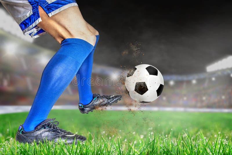 Fútbol de retroceso con el pie del jugador de fútbol en estadio al aire libre con la copia Spac imágenes de archivo libres de regalías