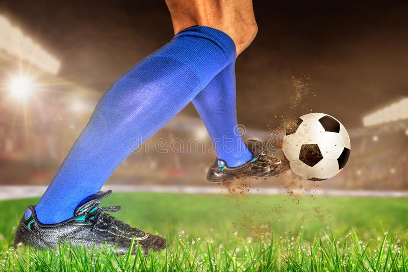 Fútbol de retroceso con el pie del jugador de fútbol en estadio al aire libre con la copia Spac imagenes de archivo