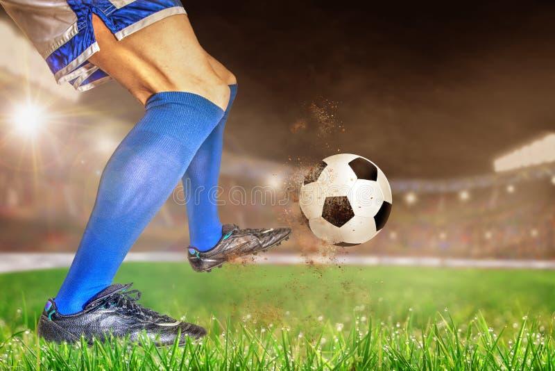 Fútbol de retroceso con el pie del jugador de fútbol en estadio al aire libre con la copia Spac fotos de archivo libres de regalías