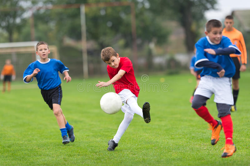 Fútbol de retroceso con el pie del muchacho fotografía de archivo