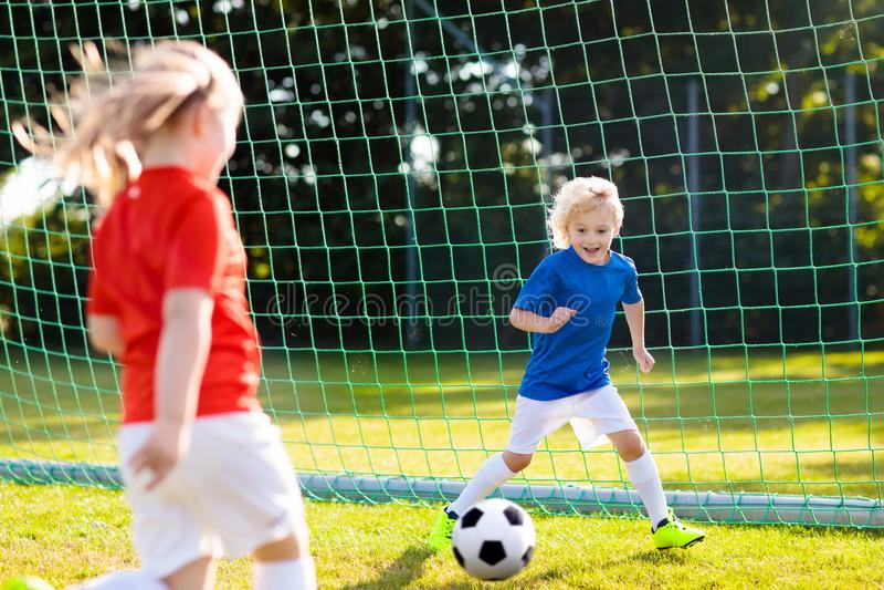 Fútbol del juego de los niños Niño en el campo de fútbol foto de archivo libre de regalías