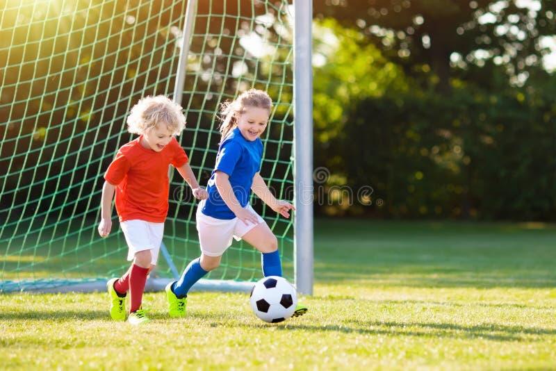 Fútbol del juego de los niños Niño en el campo de fútbol foto de archivo