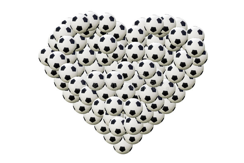 Fútbol en forma de corazón en el fondo blanco fotos de archivo
