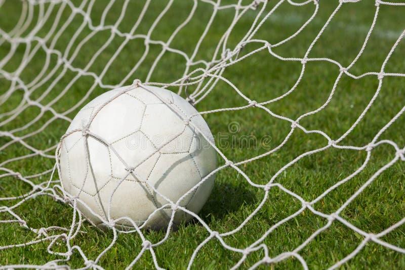 Fútbol en la parte posterior de la red imagen de archivo