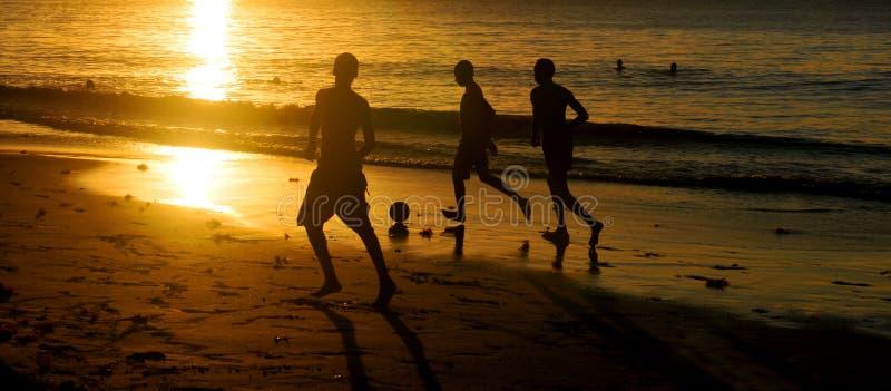 Fútbol en la puesta del sol foto de archivo