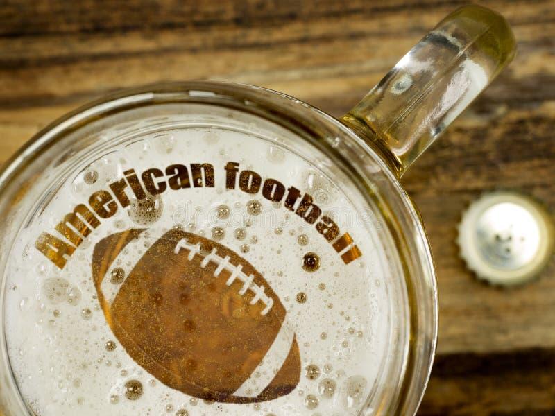 Fútbol en una cerveza fresca imagen de archivo libre de regalías