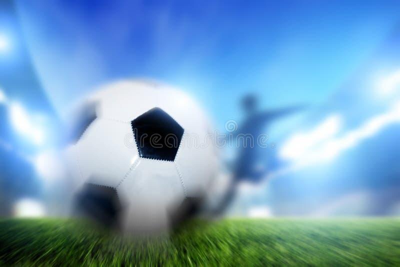 Fútbol, partido de fútbol. Una bola del tiroteo del jugador en meta fotografía de archivo libre de regalías