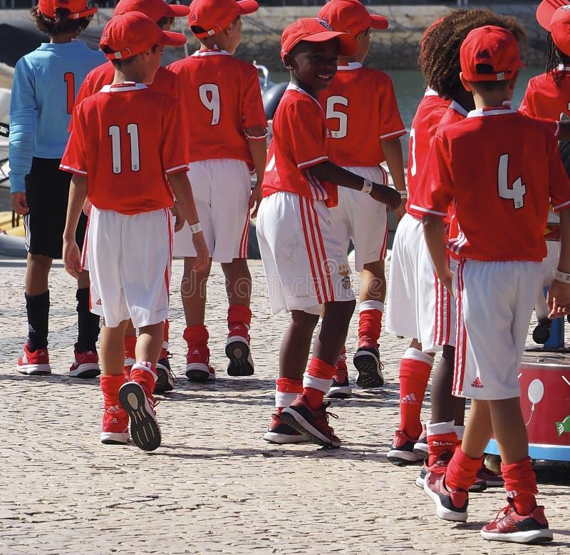 Fútbol Team In Uniform In Faro Portugal del ` de los niños foto de archivo libre de regalías
