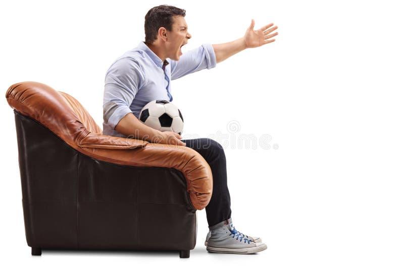 Fútbol y griterío de observación enfadados del hombre foto de archivo
