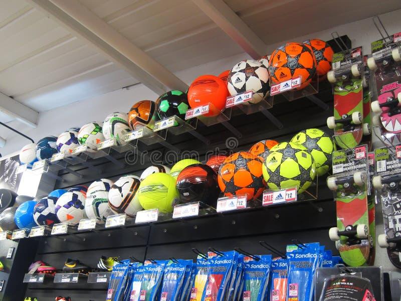 Fútboles del fútbol en una tienda de los deportes. foto de archivo