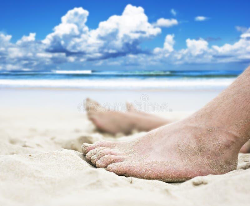 Füße auf dem Strand stockbilder