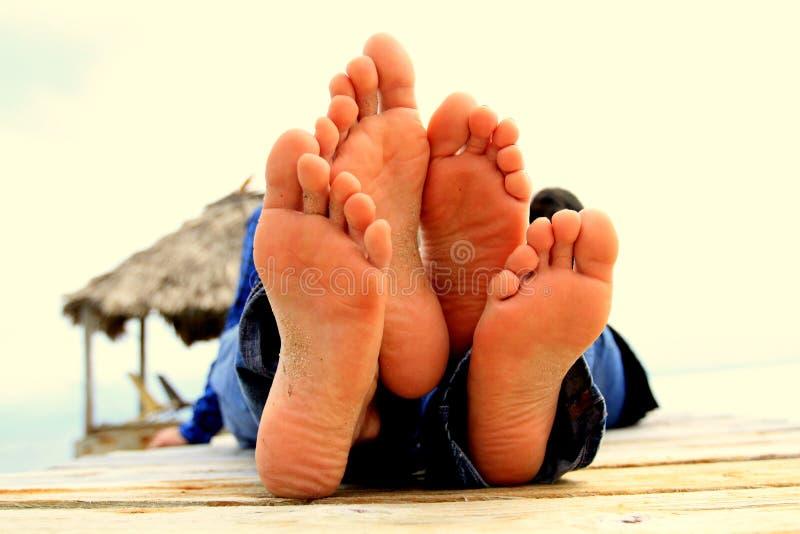 Füße auf dem Strand stockfotos