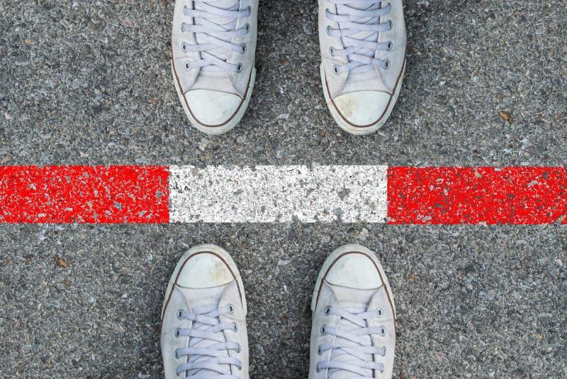 Füße auf der Straße und der Linie lizenzfreie stockfotos