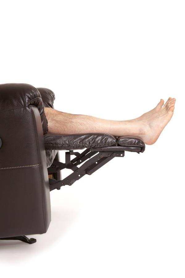 Füße auf einem Recliner lizenzfreie stockbilder