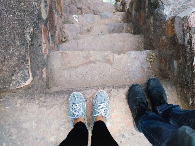 Füße auf Steinschritten lizenzfreies stockbild