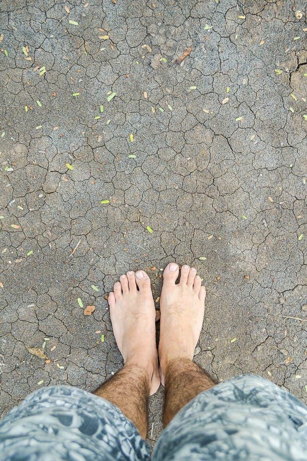 Füße auf trockenem Boden lizenzfreie stockbilder