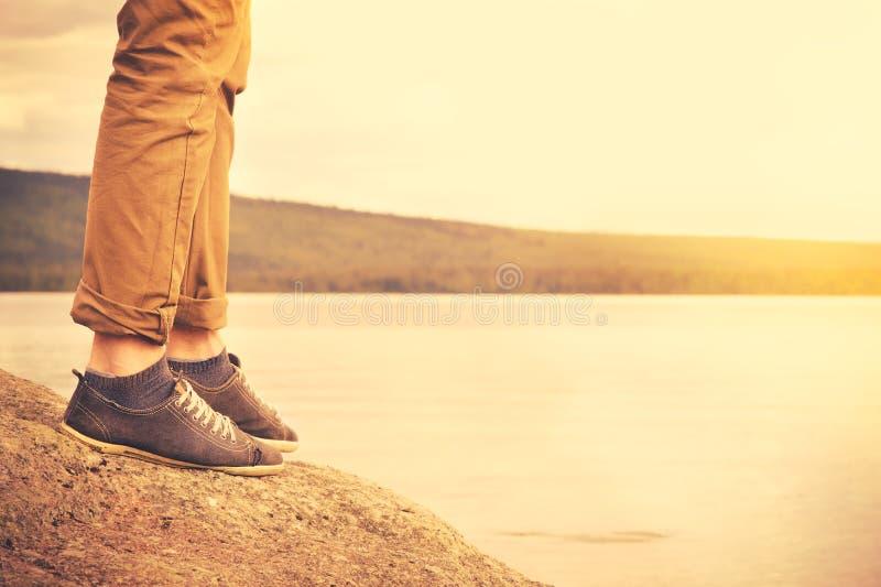 Füße bemannen gehenden Reise-Lebensstil im Freien stockfoto