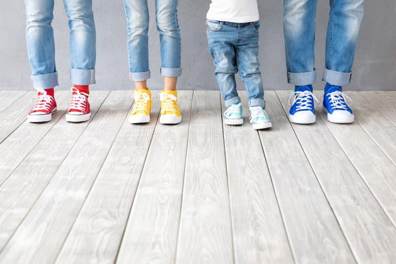 Füße in bunten Sneakern lizenzfreie stockfotografie