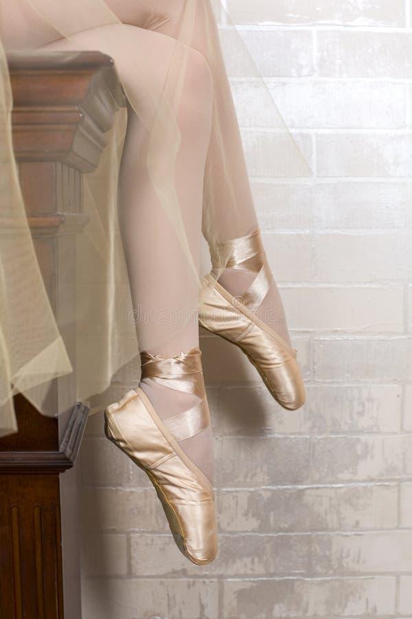 Füße der Ballerina in den pointes schließen oben lizenzfreie stockfotografie