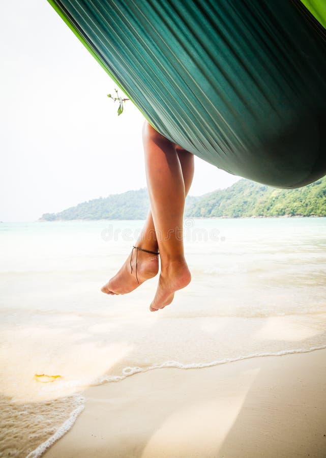 Füße in der Hängematte lizenzfreie stockbilder