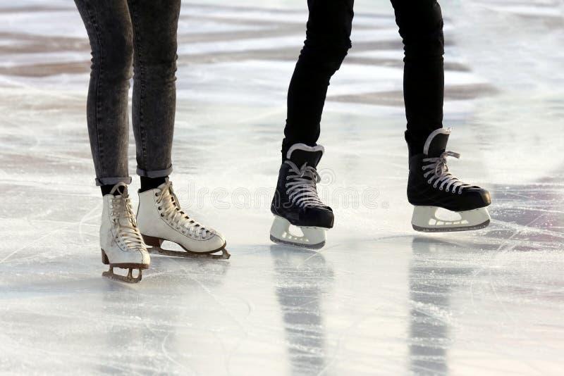 Füße der Leute, die an der Eisbahn eislaufen stockfoto