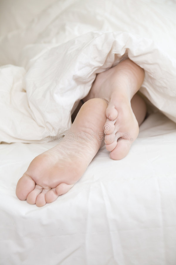 Füße der schlafenden Frau lizenzfreie stockbilder