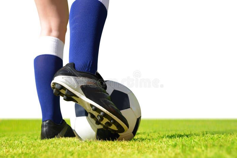 Füße des Fußballspielers mit Ball auf Fußballplatz lizenzfreie stockfotografie