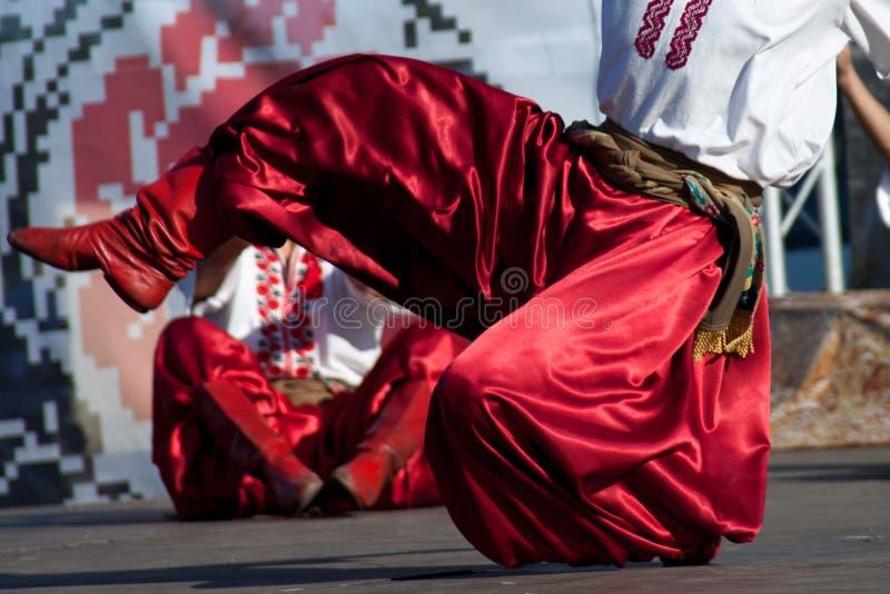 Füße des Mannes nationalen Tanz tanzend lizenzfreie stockbilder
