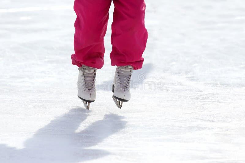 Füße, die auf die Eisbahn eislaufen stockfoto