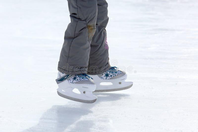 Füße, die auf die Eisbahn eislaufen stockbild