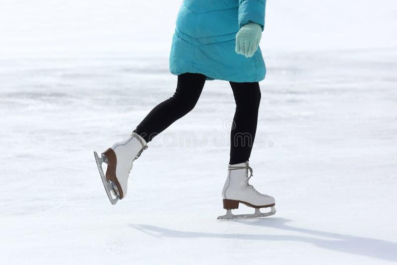 Füße, die auf die Eisbahn eislaufen stockfotos