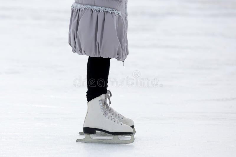 Füße, die auf die Eisbahn eislaufen lizenzfreies stockfoto