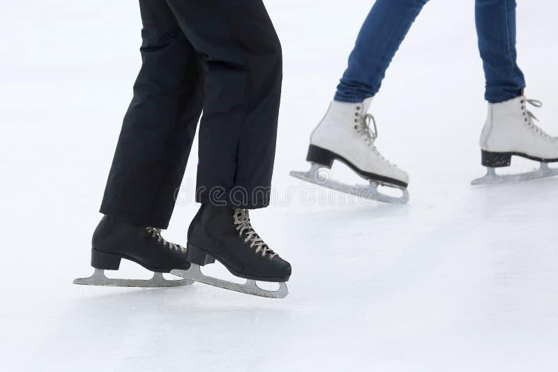 Füße, die auf die Eisbahn eislaufen lizenzfreies stockbild