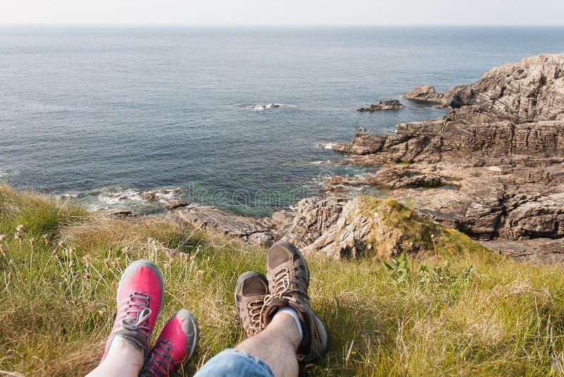 Füße, die nach einer Wanderung, Rocky Coast, Mallin-Kopf, Irland stillstehen stockfotografie